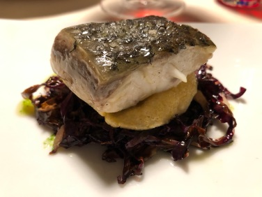 Filetto di pesce pescato in olio cottura, radicchio rosso stufato e croccante di polenta