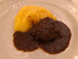Guancialino di maiale brasato al Rosso del Vicariato con polenta e gorgonzola