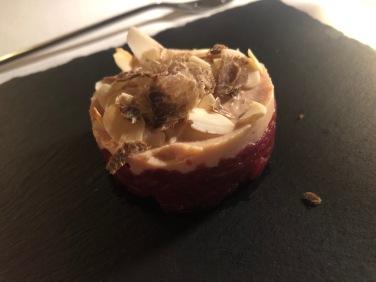 Tartara d'asino, foie gras e mandorle