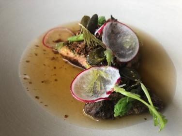Coscia di cappone, crumble di alga kombu, morchella, pino, brodo di cappone