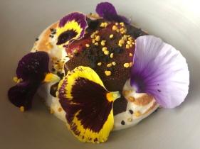 Caramello di olive, mousse di cioccolato bianco, crema di fragola fermentatata, meringa al pino, cialda di olive e polline