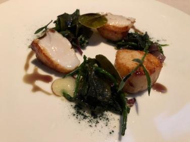 Capesante arrosto, insalata di alghe, ananas e zenzero