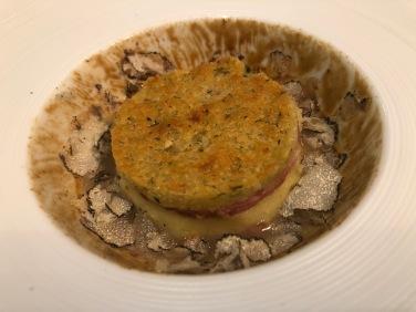 Millefoglie di salame fresco in crosta, purè di patata arancia e tartufo
