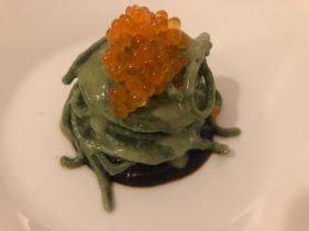 Spaghetti di alga spirulina, caviale di trota, aglio nero fermentato
