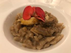Gnocchi sbatui integrali, gallina grisa, piantaggine e begonia