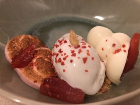 Yogurt, fragola, mandorla e rosa