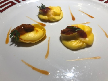 Ravioli di latte cagliato, carota e ricci di mare