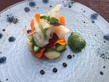 Variazione di verdure cotte e crude, pomodoro leggermente brasato ghiacciato di basilico e aceto balsamico stravecchio 25 anni