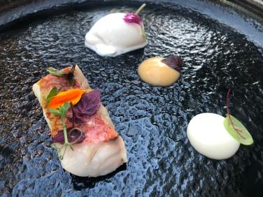 "Triglia ""mi-cuit"", pere al tandoori, scamorza affumicata e gelato al pepe Sichuan"