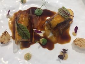 Maialino marinato, scampi, vermut, mela Golden e cipolle borettane