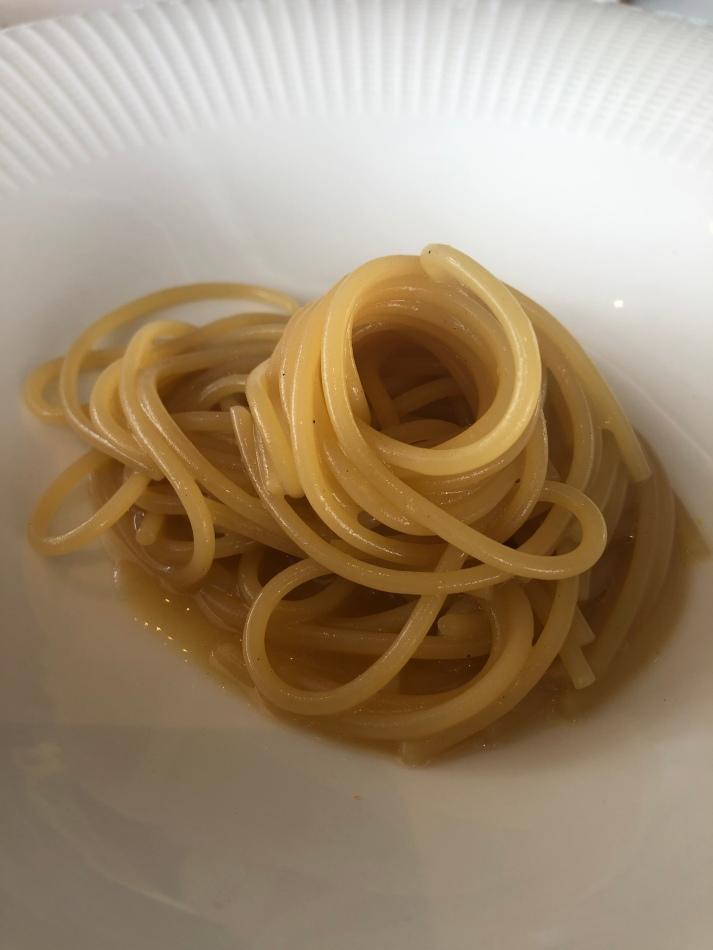 Spaghetto in bianco, vermut alle prugne, miele e aceto affumicato
