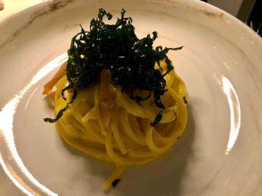 Spaghetti alla chitarra Mancini con zabaione al parmigiano e aceto di mele, aringa affumicata e cavolo nero croccante