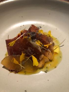 Cecina di León, ovoli, pesche sciroppate, olio al curry, olio al timo, caviale