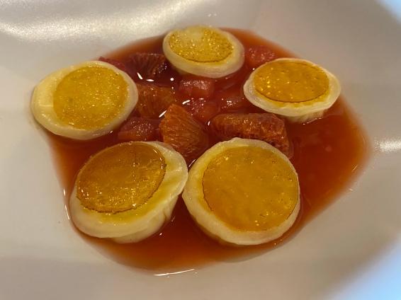 Ravioli alla crema bruciata in zuppa di agrumi e ananas